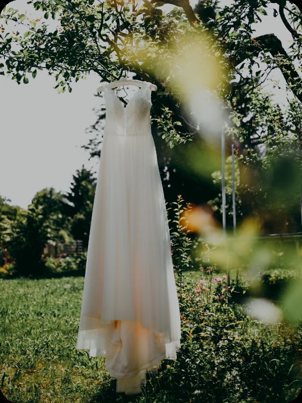 Auf dem Bild sieht man ein Hochzeits Kleid