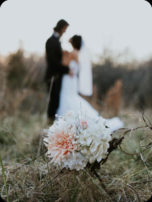 Auf dem Bild sieht man ein Hochzeitspaar