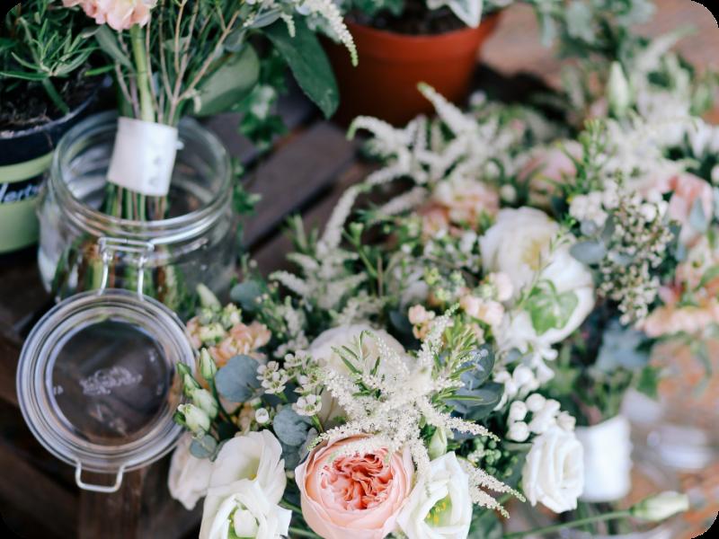 Auf dem Bild sieht man Vorbereitungen für eine Hochzeit